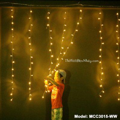 trẻ rất thích chơi đùa bên đèn rèm